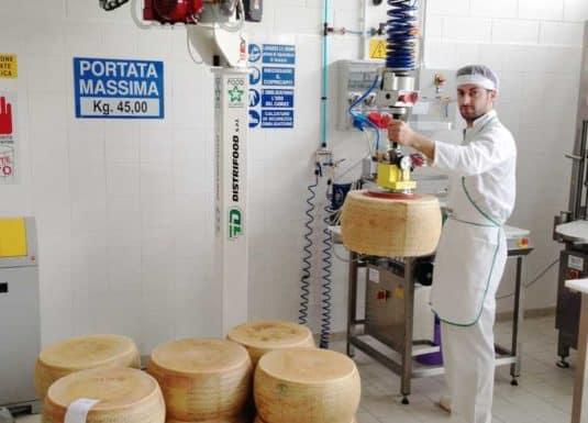 Перемещение мыгких сыров с помощью простого крюка из нержавеющей стали, соединеного со стандартной головой INDEVA