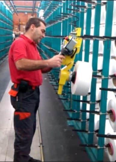 Возможность работы с катушками из текстильного волокна без необходимости предварительной настройки нагрузки благодаря типичной технической характеристике INDEVA, позволяющей обнаруживать и уравновешивать в реальном времени и автоматически вес поднятого груза. Немедленная реакция системы позволяет оператору с минимальными усилиями ускорять или замедлять движение в зависимости от необходимости.