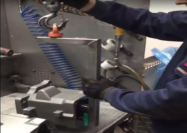 Load gripper under standard hook