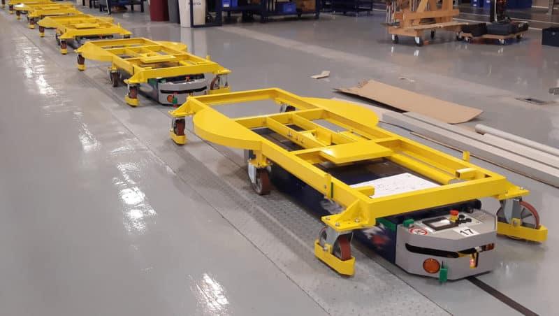 AGV может выбирать между упаковочной станцией и другой в зависимости от типа транспортируемой машины.
